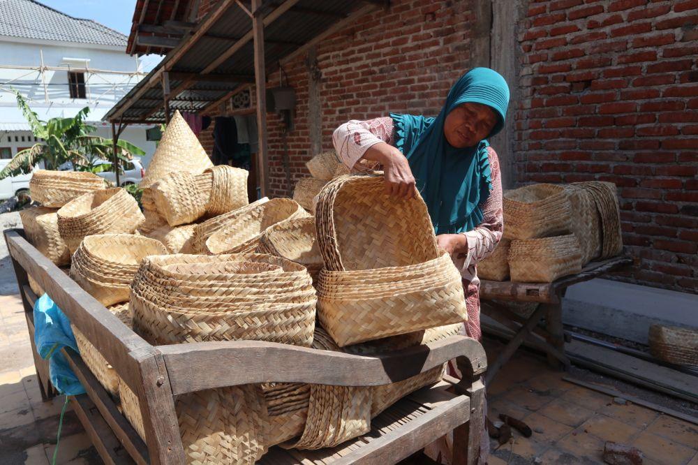 Pengrajin besek bambu di Ponorogo bersiap mengantar pesanan