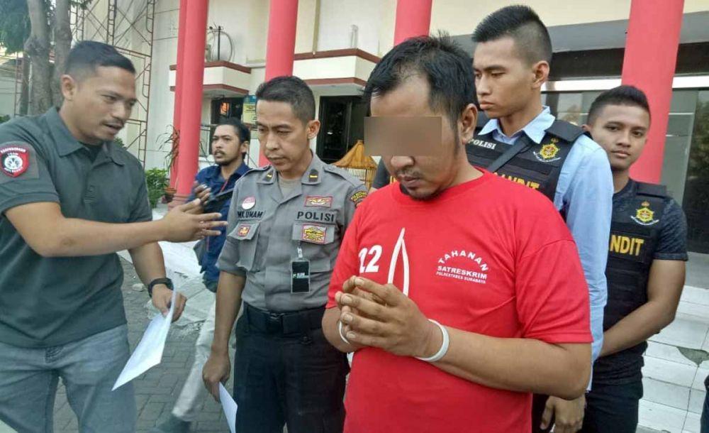 Kanit Resmob Polrestabes Surabaya, Iptu Bima Sakti (kiri) menginterogasi tersangka