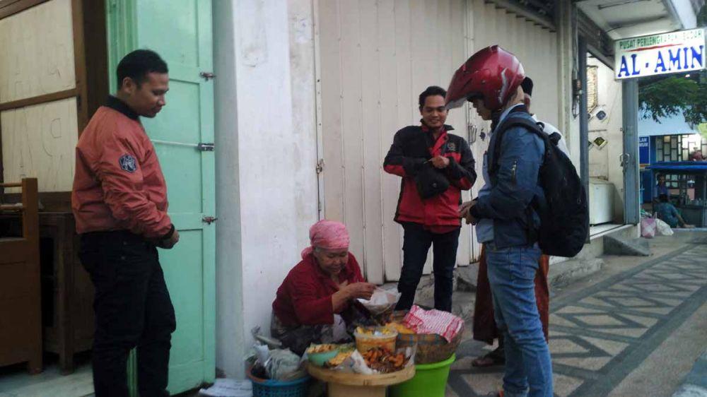 Suriyah menjalani aktivitasnya sebagai penjual nasi jagung di Kota Pasuruan