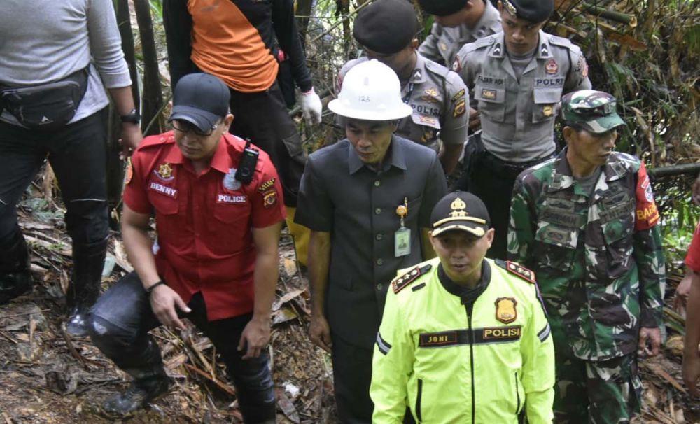 Kapolres Bogor AKBP Muhamad Joni memimpin penutupan puluhan lubang tambang emas ilegal