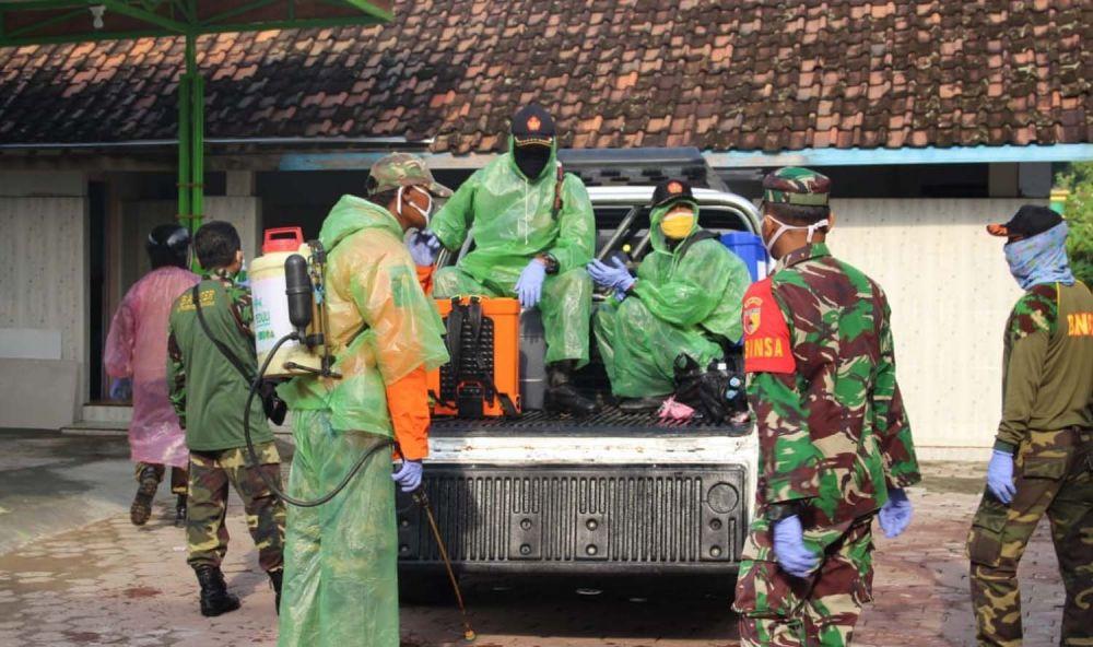 Warga NU di Kecamatan Jenangan, Kabupaten Ponorogo melakukan penyemprotan disinfektan mandiri