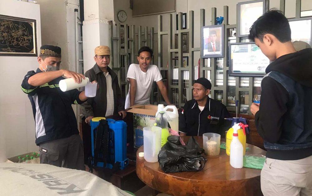 Aksi penyemprotan disinfektan Gerakan Masyarakat Mandiri Cegah Covid-19 di Tambak Bening, Surabaya