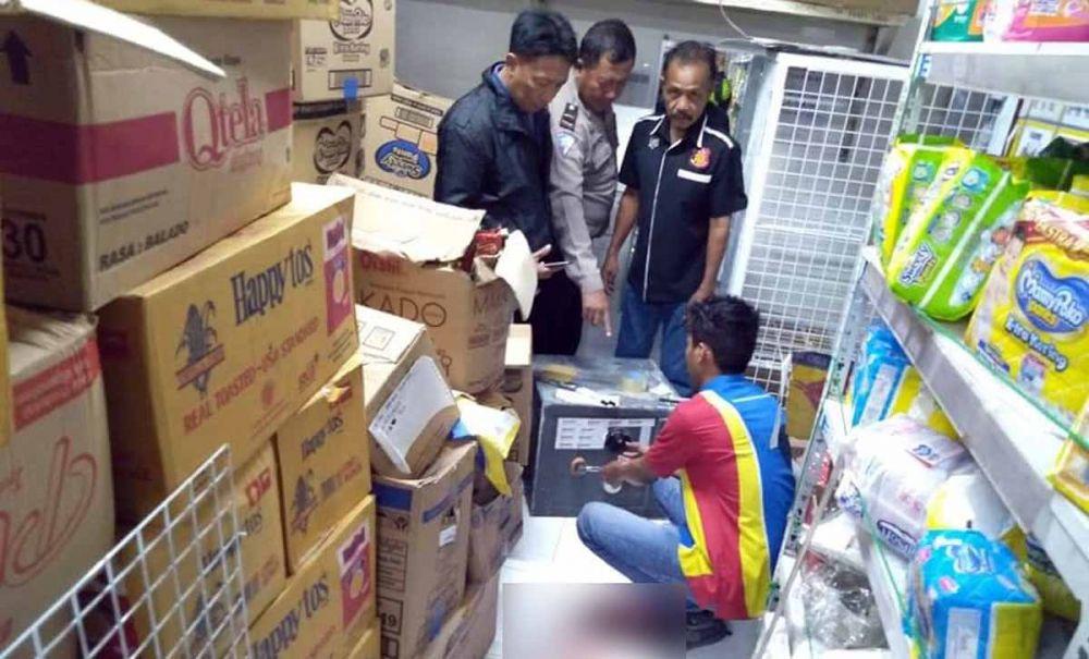 Polisi melakukan olah TKP dan identifikasi di Indomaret Trosobo, Sidoarjo yang dirampok
