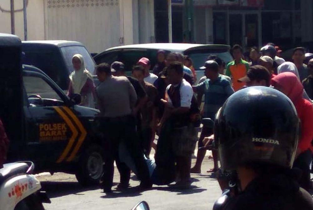 Polisi dibantu warga mengevakuasi perampok yang dihajar warga