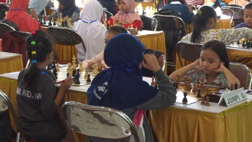 Para atlet catur junior mengikuti Kejurprov di GOR Lembu Peteng