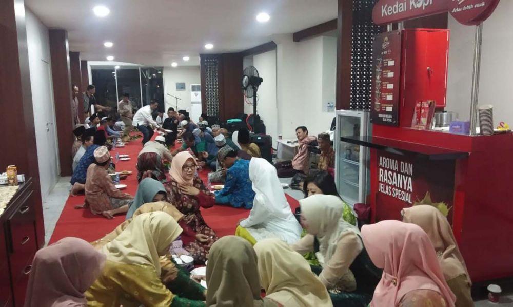 Para relawan Machfud Arifin mengikuti semua rangkaian acara peresmian Machfud Arifin Center, Jalan Basuki Rahmat, Surabaya