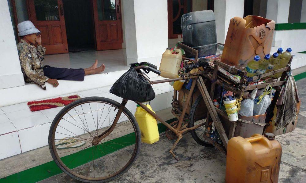 Zubair beristirahat di Masjid Al Idris, Jalan Tambak Deres, Kenjeran Pantai, Kecamatan Bulak, Surabaya, yang juga menjadi tempat tinggalnya