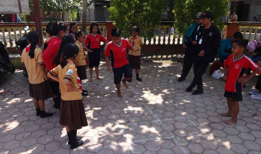 Salah satu permainan tradisional dimainkan para siswa SDN 2 Bandung, Tulungagung