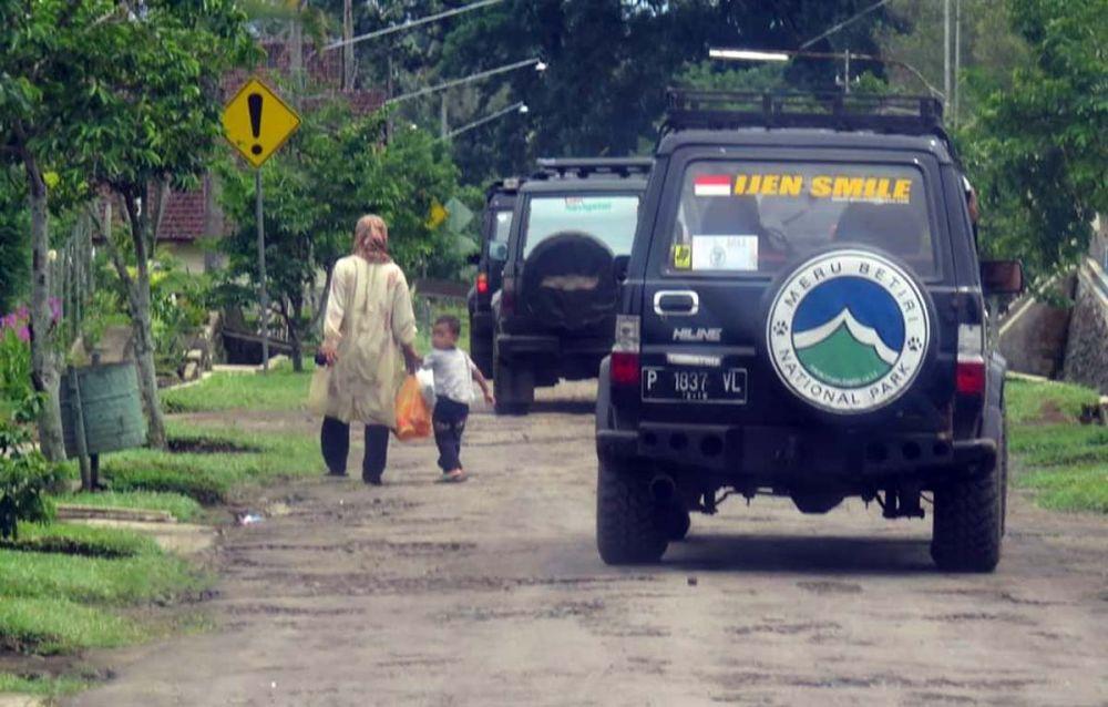 Kendaraan khusus jenis trooper yang mengantar rombongan jurnalis menuju Alas Purwo, Banyuwangi