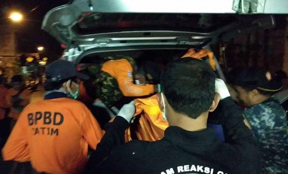 Evakuasi jasad empat bocah yang tewas dalam kebakaran rumah kontrakan di Kota Batu