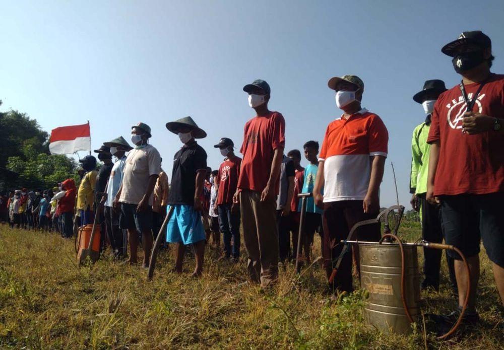 Para petani di Probolinggo menggelar upacara HUT ke-75 Kemerdekaan RI