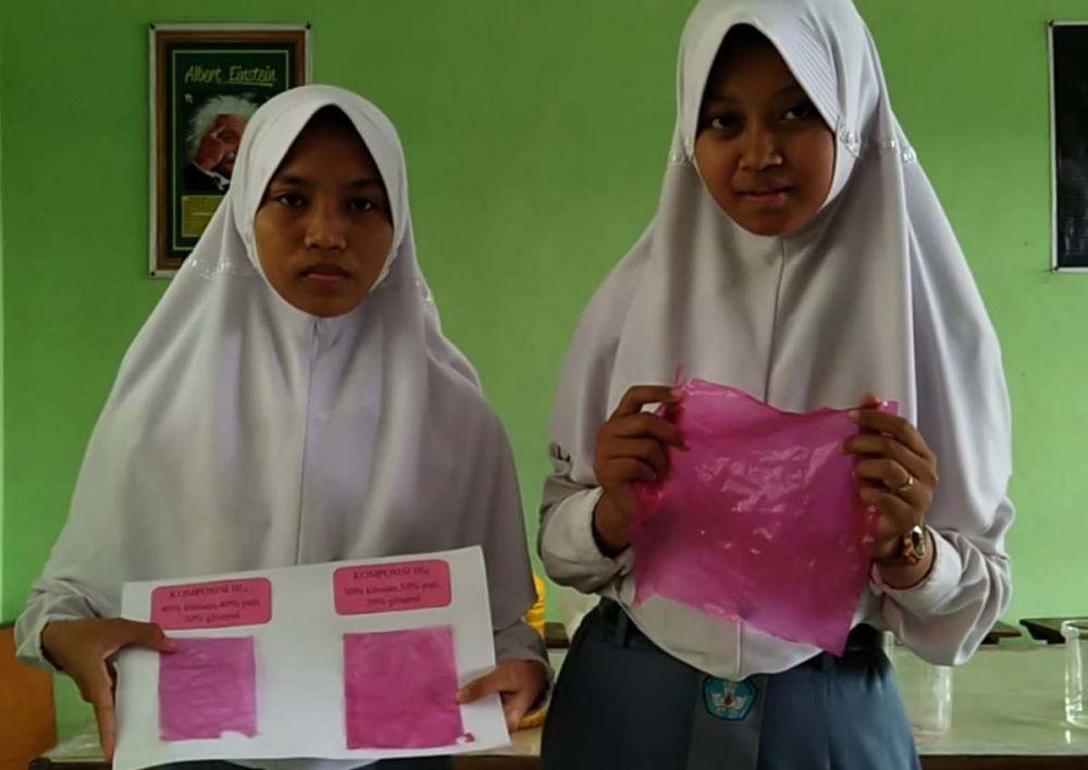 Fitriana Putri Anggraini dan Umi Rohmatun Nafikah, siswa kelas XII SMAN 3 Ponorogo menunjukkan plastik dari kulit buah naga ciptaannya