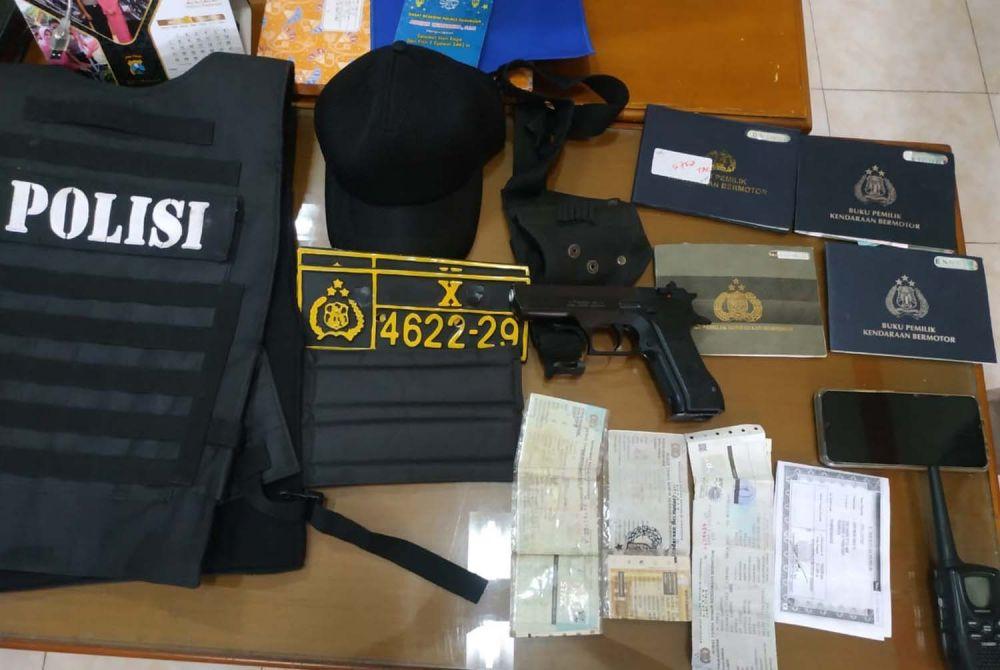 Barang bukti yang disita dari polisi gadungan di Pasuruan