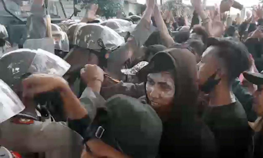 Polisi dan pendemo tolak Omnibus Law di Kota Pasuruan saling memaafkan setelah sempat terjadi kericuhan