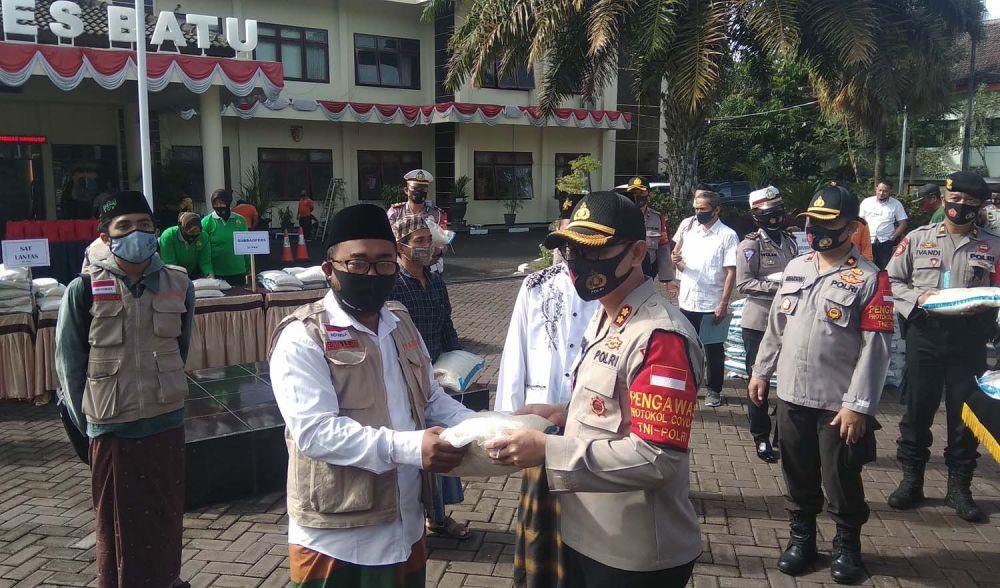 Kapolres Batu AKBP Harviadhi Agung Prathama memberikan paket sembako untuk ponpes melalui pengasuh