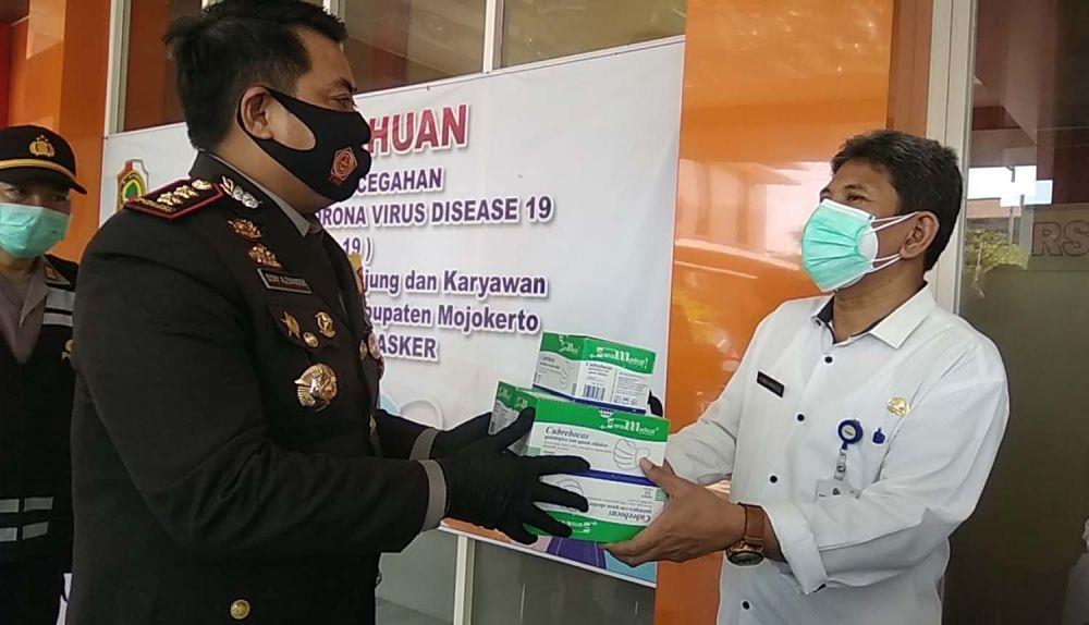 Kapolres Mojokerto AKBP Dony Alexander memberikan bantuan untuk tenaga medis Covid-19 melalui Direktur RSUD Prof dr Soekandar, dr Djalu Naskutub