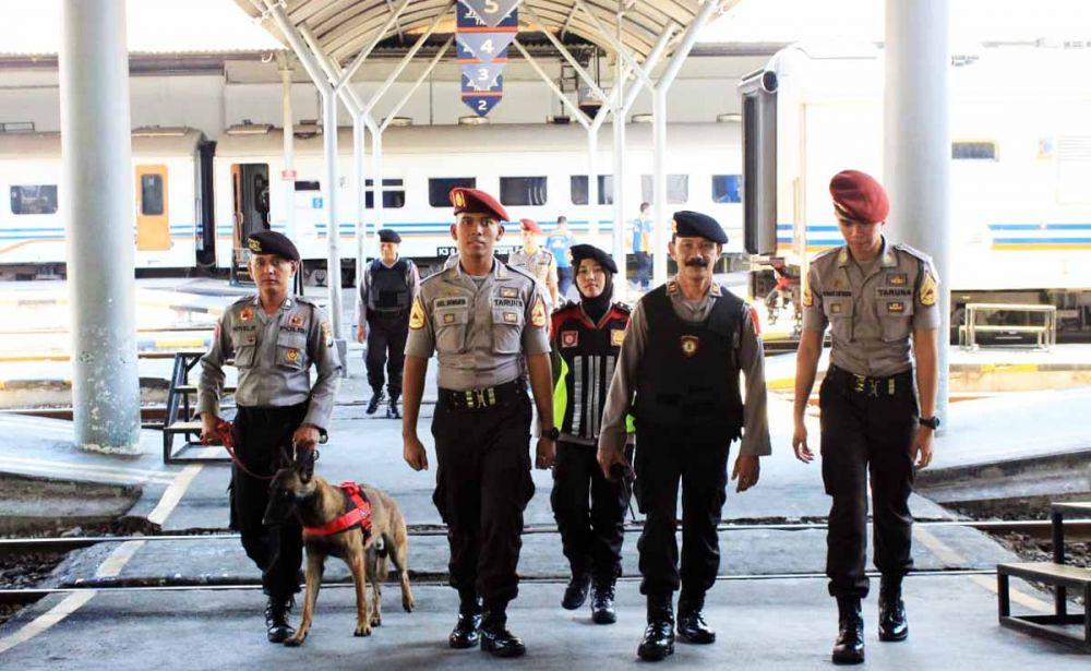 Unit Satwa K-9 Sat Sabhara Polrestabes Surabaya diterjunkan untuk menyisir Stasiun Gubeng jelang Lebaran 2019