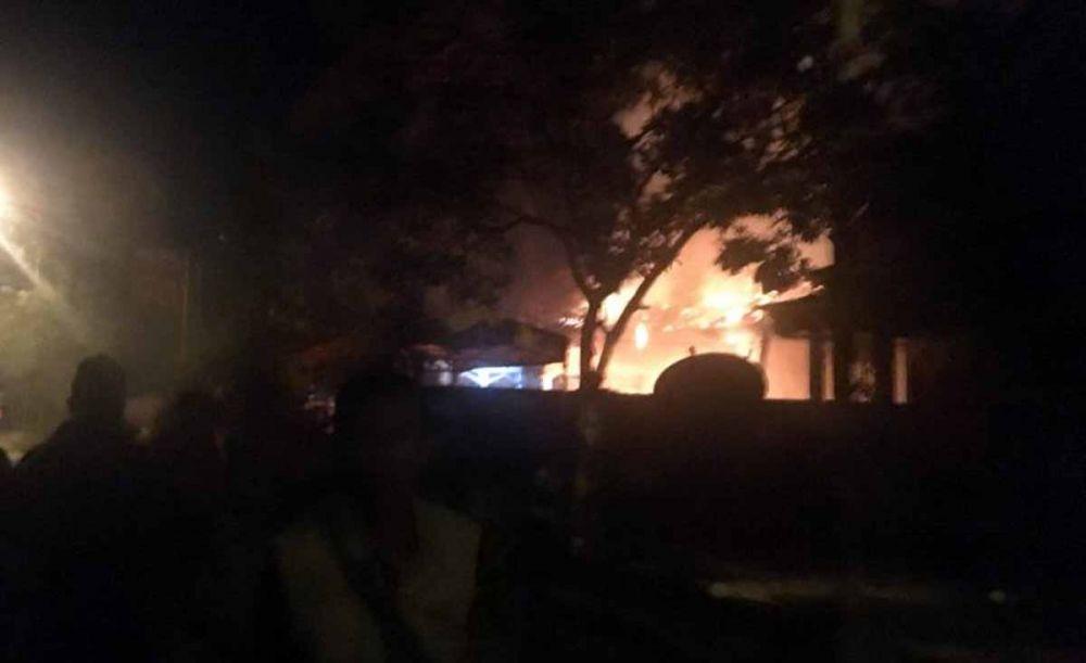 Polsek Tambelangan, Sampang, Madura dibakar massa (foto: Istimewa)