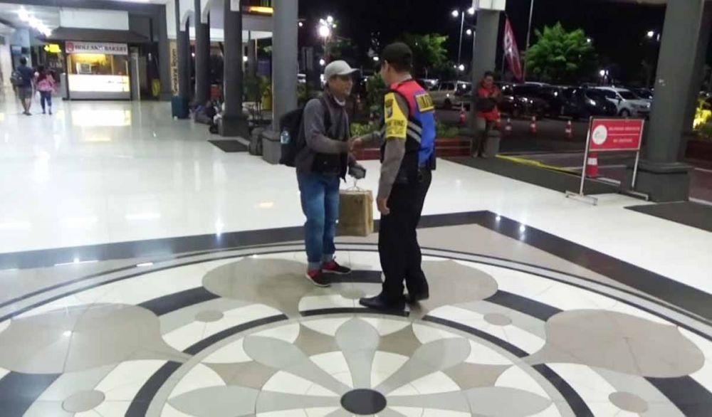 Personel Bhabinkamtibmas menjemput salah satu warga Tegalsari di Stasiun Gubeng