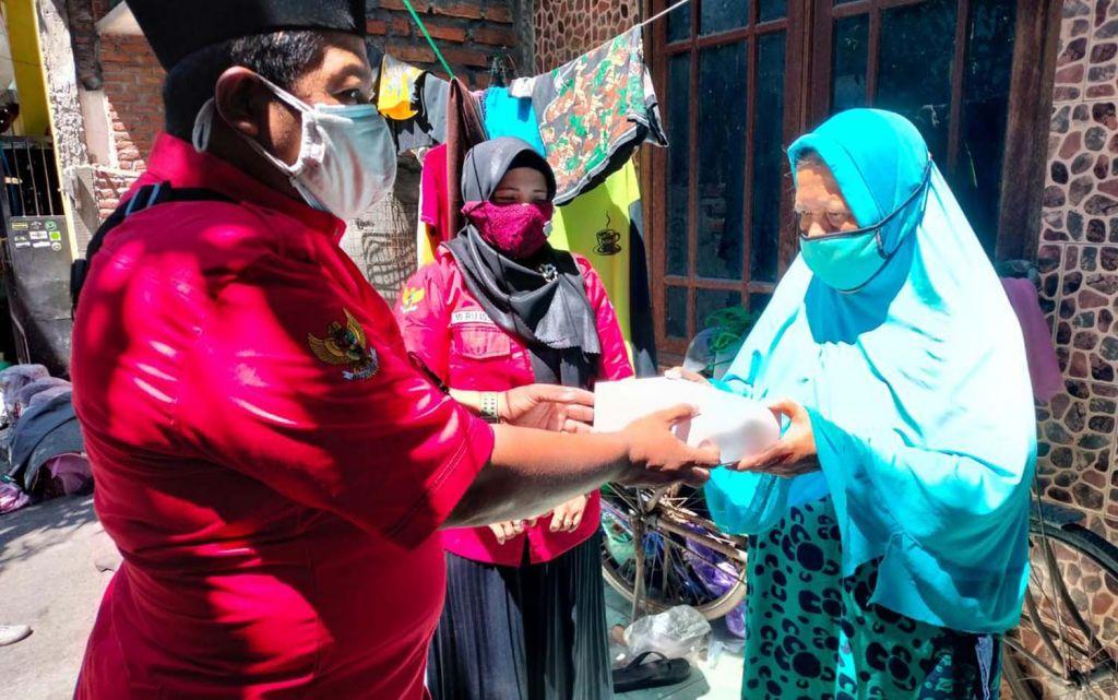 Posko Gotong Royong PDIP Surabaya bantu permakanan warga sakit dan lansia