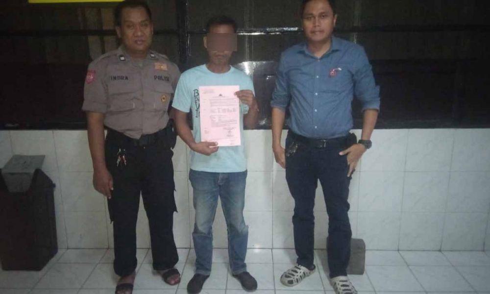 SH (tengah), ayah yang cabuli anak tirinya saat diamankan di Mapolrestabes Surabaya