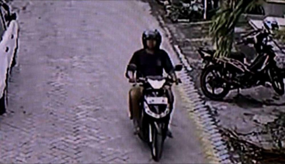 Penampakan pria yang pamer alat kelamin di Mojokerto terekam CCTV