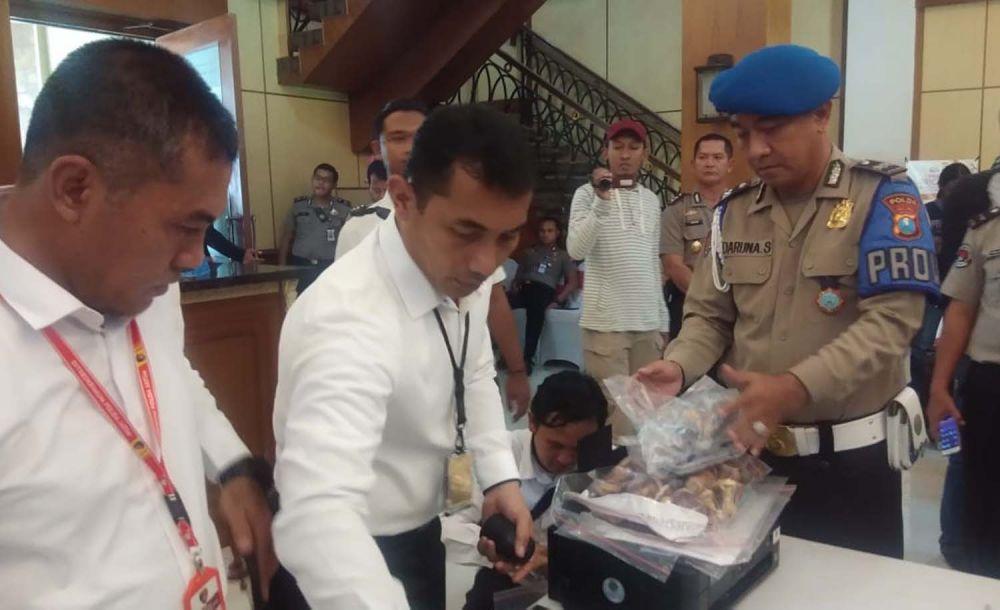 Kasubdit Jatanras Ditreskrimum Polda Jatim Kompol Oki Ahadian membeber barang bukti kasus pemalsuan dokumen kependudukan