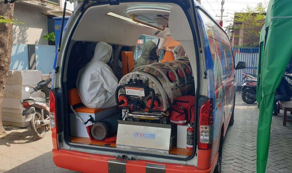 Bripka Febri mengawal proses evakuasi Pendeta Kim asal Korsel ke rumah sakit di Sidoarjo