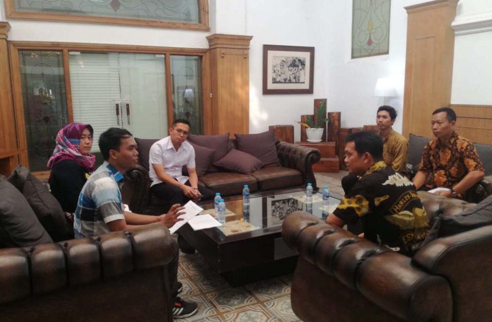 Kasatreskrim Polrestabes Surabaya AKBP Sudamiran bersama Kasat Intelkam AKBP Wimboko saat menerima perwakilan massa Forum Arek Suroboyo Wani yang menuntut polisi menangkap akun penghina Wali Kota Risma
