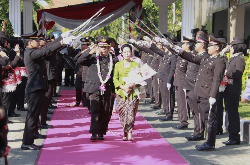 Prosesi Pedang Pora dalam upacara purna bhakti 103 anggota Polri di Mapolda Jatim