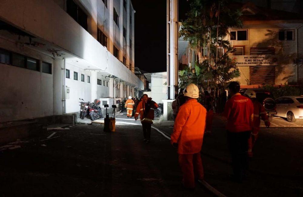 Petugas pemadam kebakaran di lokasi kebakaran di RSU dr Soetomo, Surabaya