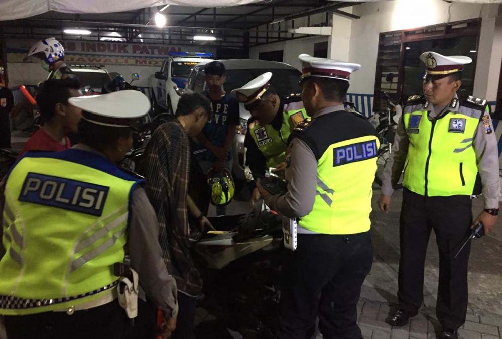 Satlantas Polres Ngawi juga memeriksa barang bawaan para biker