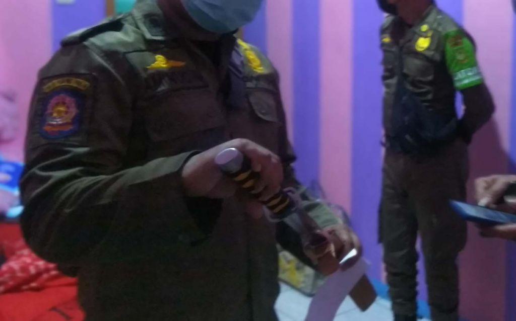 Senjata tajam (sajam) yang ditemukan saat razia kos di Kota Mojokerto