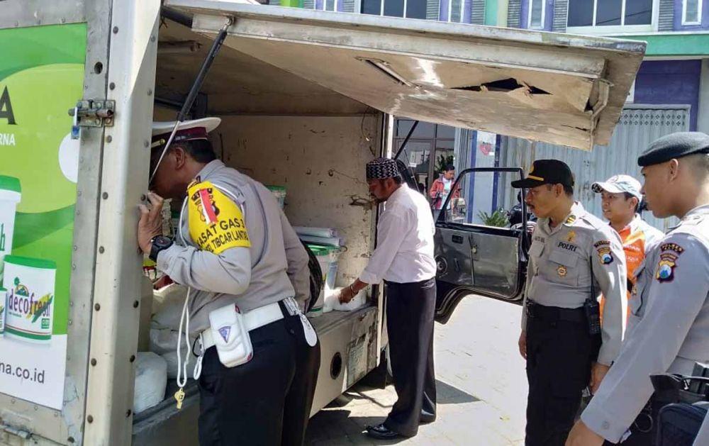 Polisi periksa barang bawaan mobil