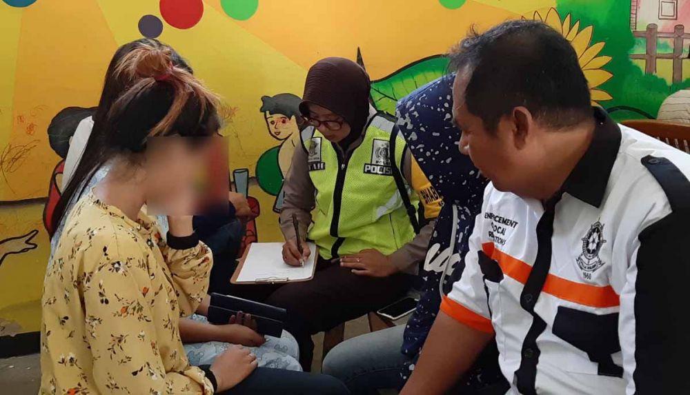 Anggota Satpol PP dibantu polisi melakukan pendataan terhadap pasangan yang teciduk razia di Ponorogo