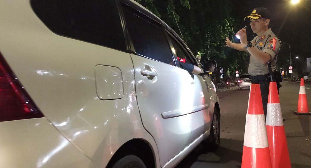 Kapolsek Genteng Kompol Anggi Saputra memimpin razia kendaraan di Jalan Pemuda, Surabaya