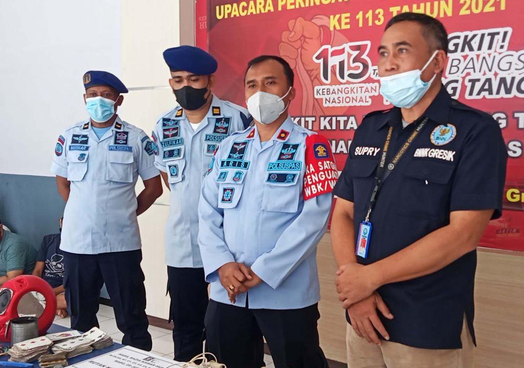 Para pejabat Rutan Klas IIB Gresik dan BNNK membeber benda-benda terlarang yang ditemukan saat razia