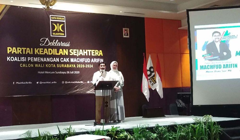 Cawali Surabaya Machfud Arifin dan istrinya Ny Lita saat acara penyerahan SK rekomendasi dari PKS