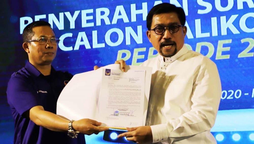 Ketua DPD NasDem Surabaya Robert Simangunsong menyerahkan surat rekomendasi dari DPP NasDem kepada Machfud Arifin