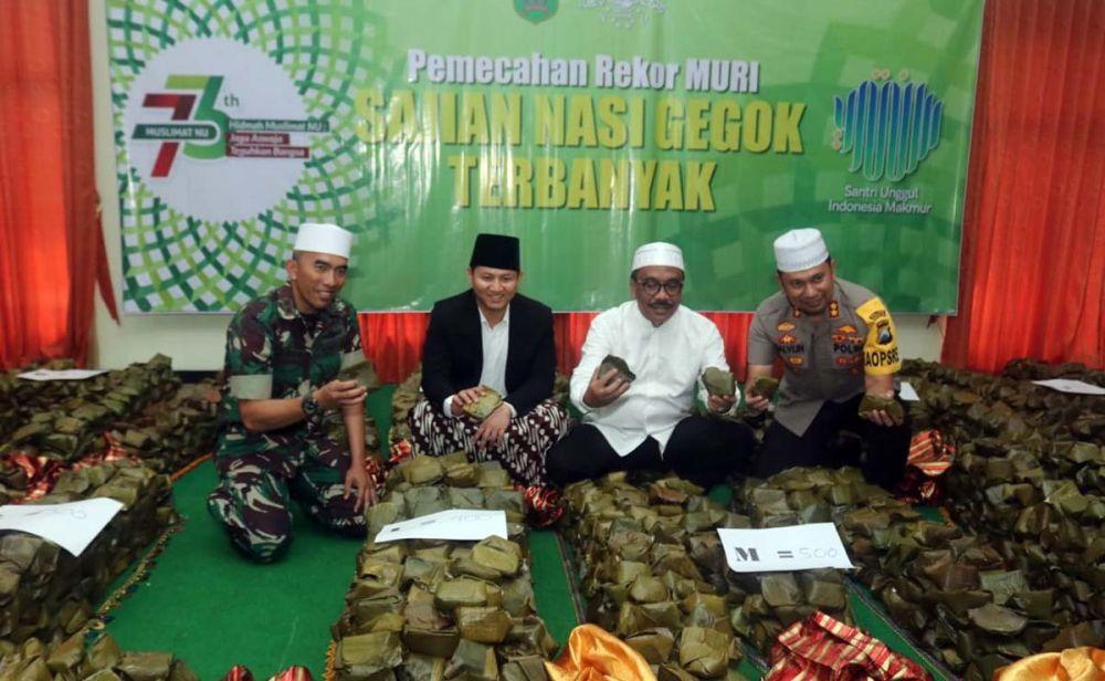 Bupati Nur Arifin menunjukkan nasi gegok yang catatkan rekor MURI