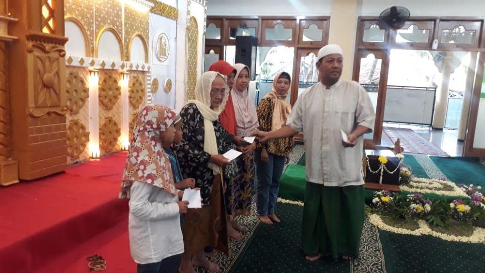 Remas Al Anshor Jalan Greges Timur, Surabaya juga memberikan bantuan kepada anak yatim dan para janda