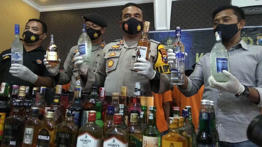 Kapolres Mojokerto Kota, AKBP Deddy Supriadi menunjukkan miras ilegal yang disita anggotanya