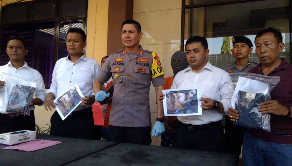 Barang bukti dan dua pelaku pembacokan dibeber di Mapolres Probolinggo Kota