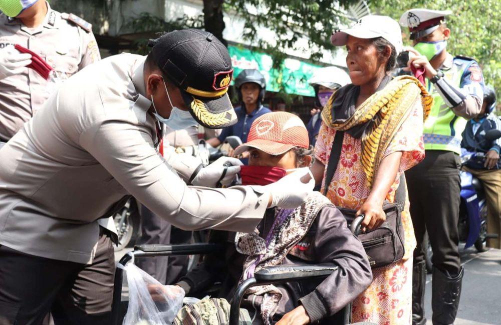 Kapolres Tulungagung AKBP Eva Guna Pandia memberikan masker gratis untuk salah satu warga