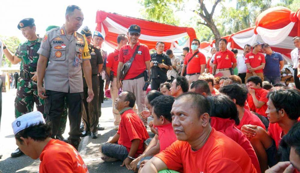 Kapolrestabes Surabaya Kombes Pol Sandi Nugroho berkomunikasi dengan salah satu tersangka