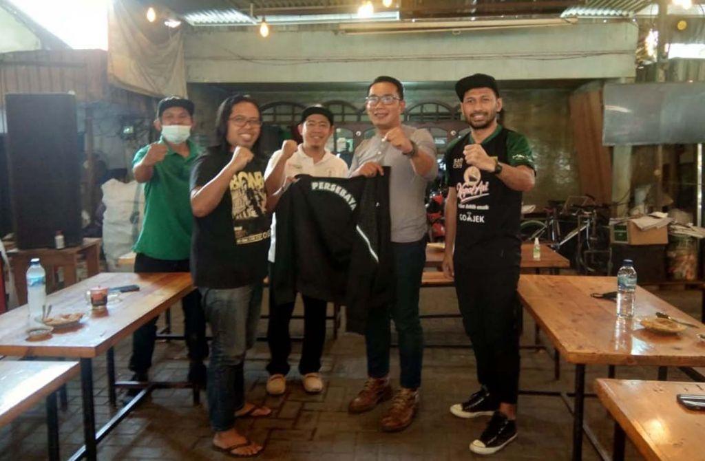 Suasana gayeng saat Ridwan Kamil bertemu para pentolan Bonek di Surabaya