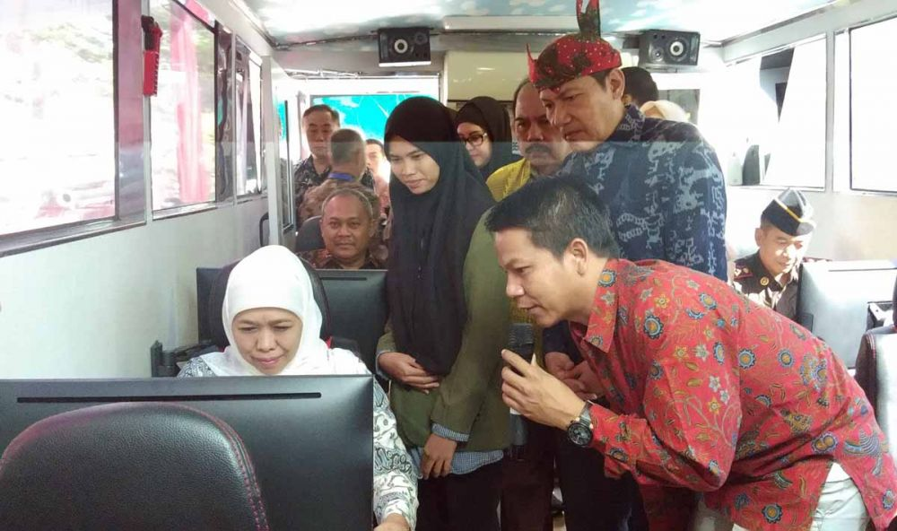 Gubernur Khofifah menyambut Bus KPK di Surabaya