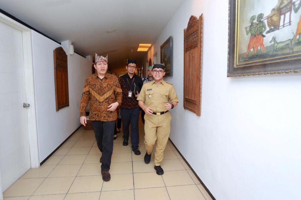 Wakil Ketua KPK Saut Situmorang bersama Bupati Anas