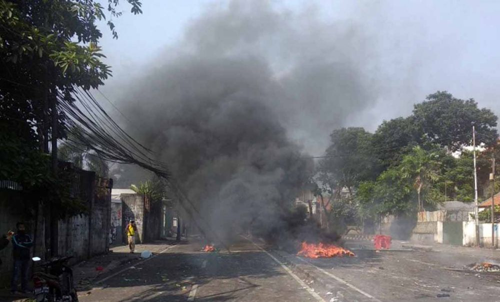 Massa membakar sejumlah ban bekas