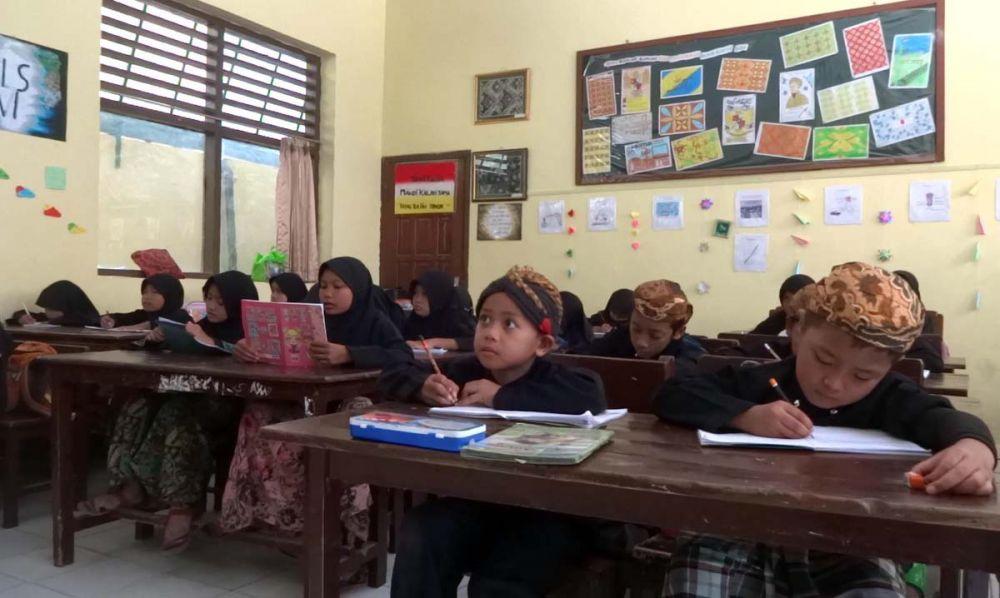 Para Siswa Madrasah Diniyah Zumrotus Salamah di Pondok Pesantren Tawangsari, Tulungagung menggunakan pakaian adat Jawa